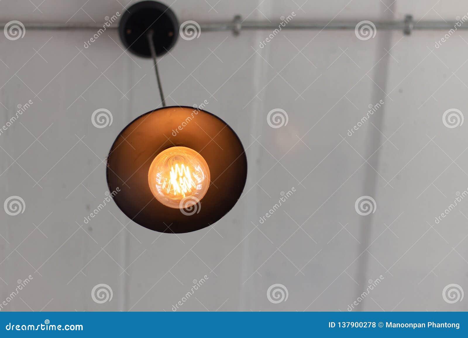 Płonące lampy w nowożytnej kawiarni