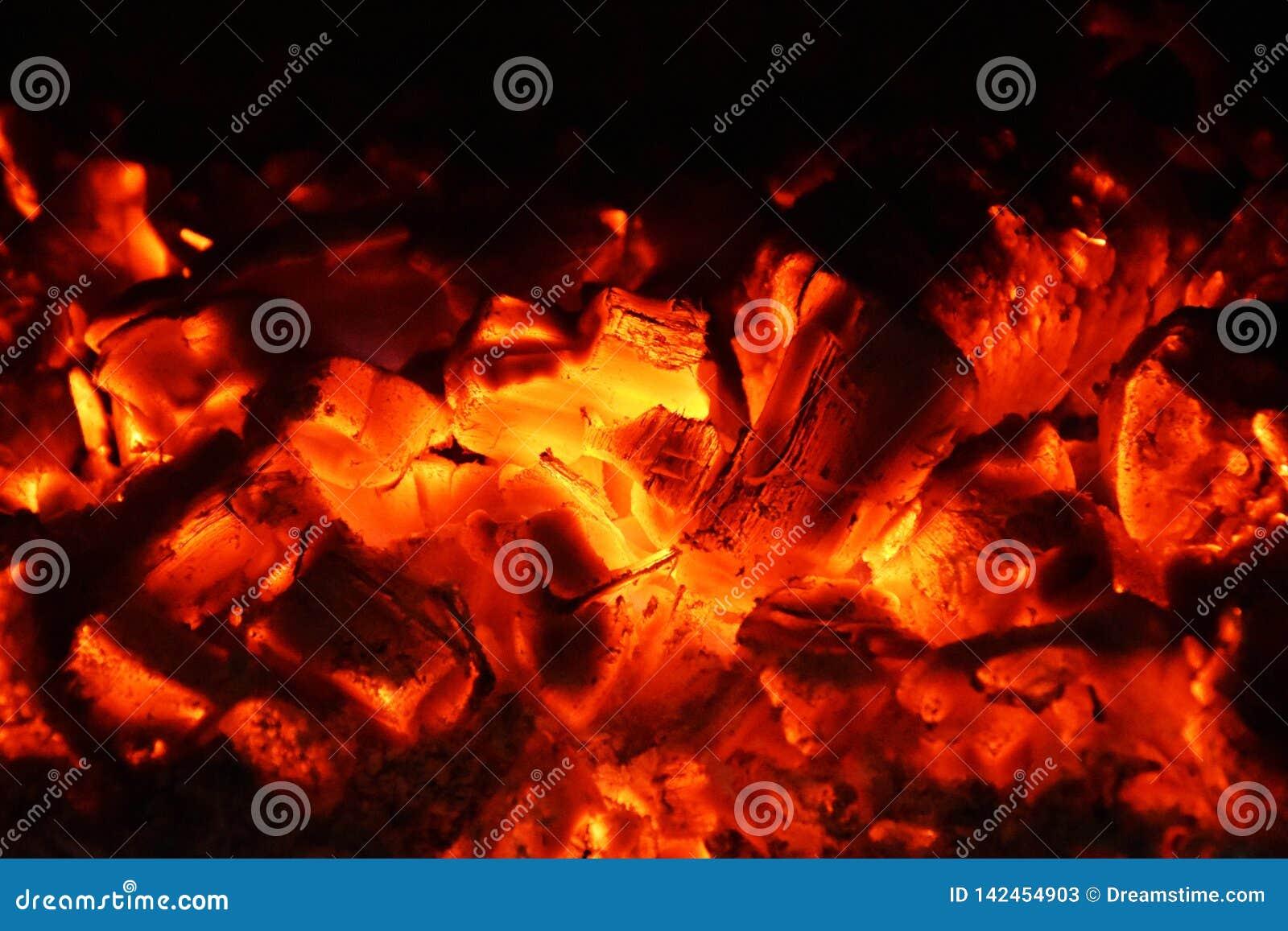 Płonący drewniany węgiel, płonąca atmosfera, upał