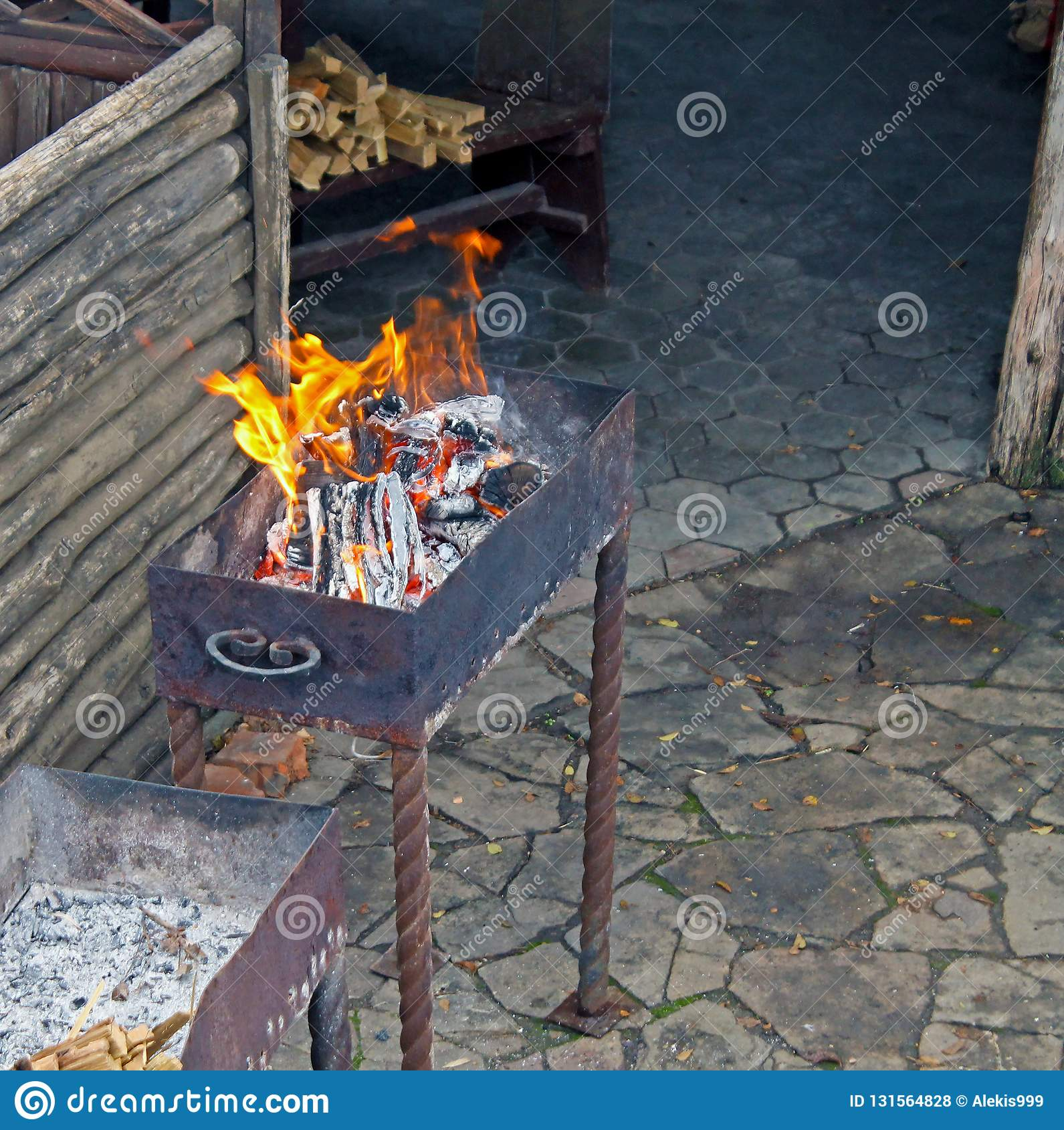 Płonący drewno w grillu, łupka w grillu