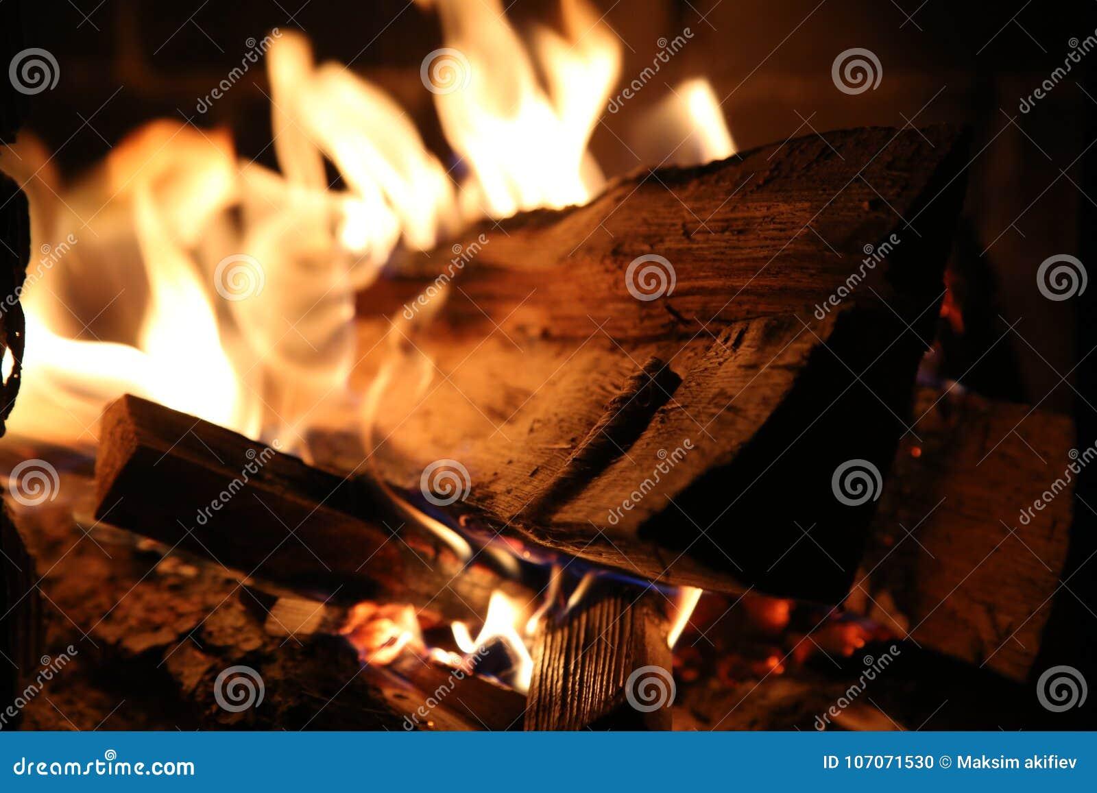 Płonący drewno w piecowych zakończenia i czerwieni węglach