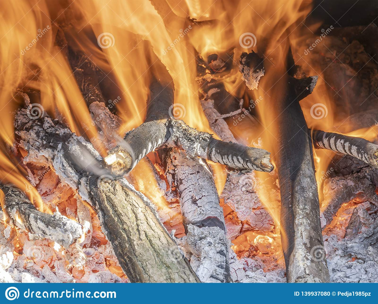 Płonący ogień w grabie w domu