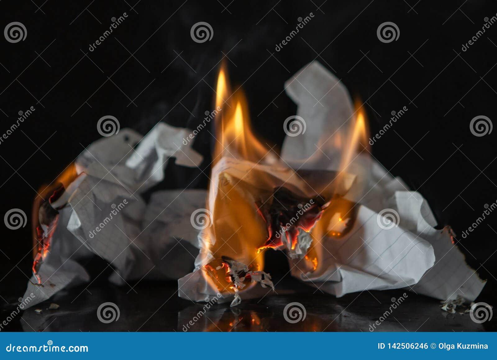 Płonący papier na czarnym tle Ogień i popióły od pisać, wspominki