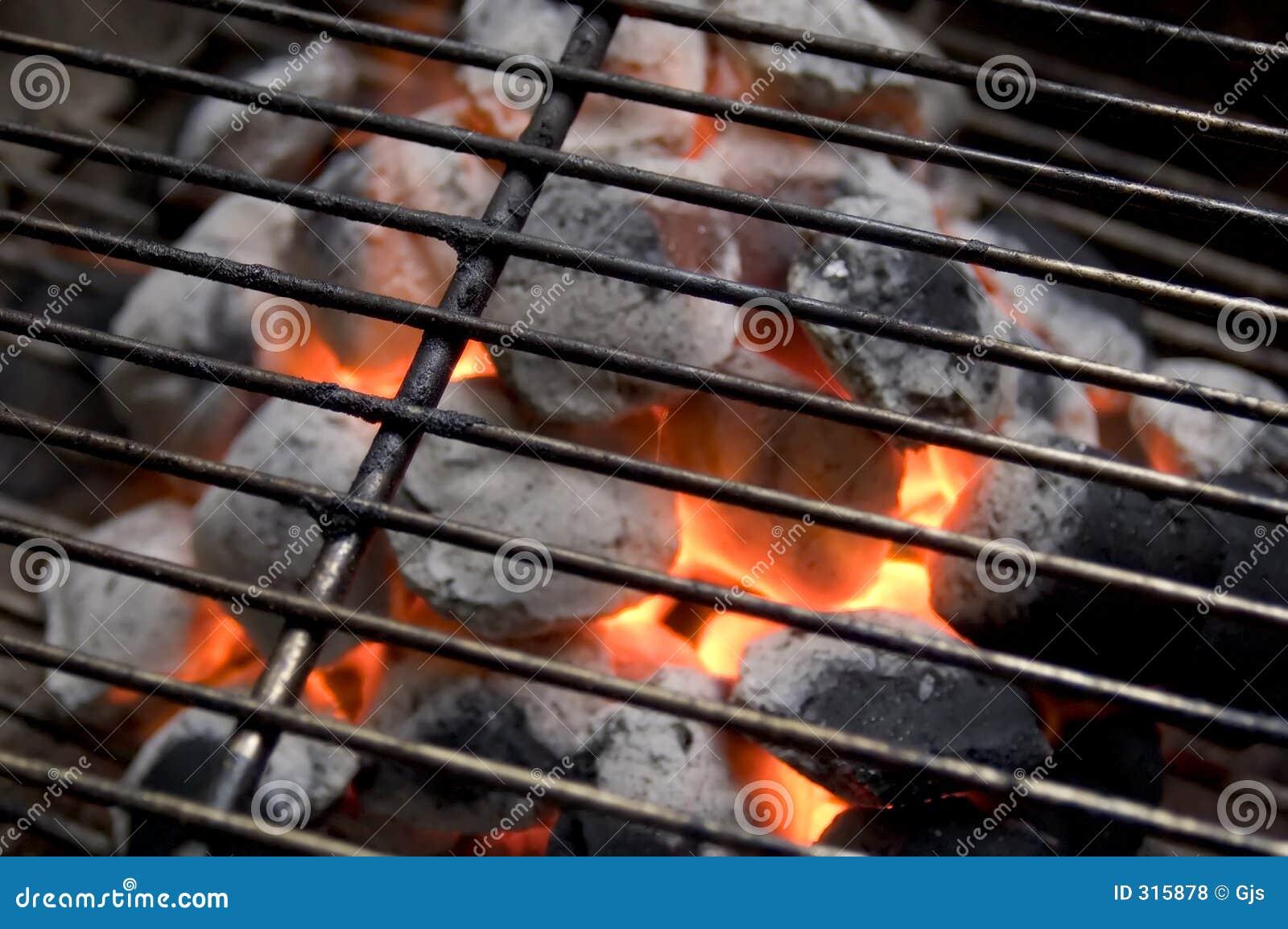 Płonący węgiel drzewny
