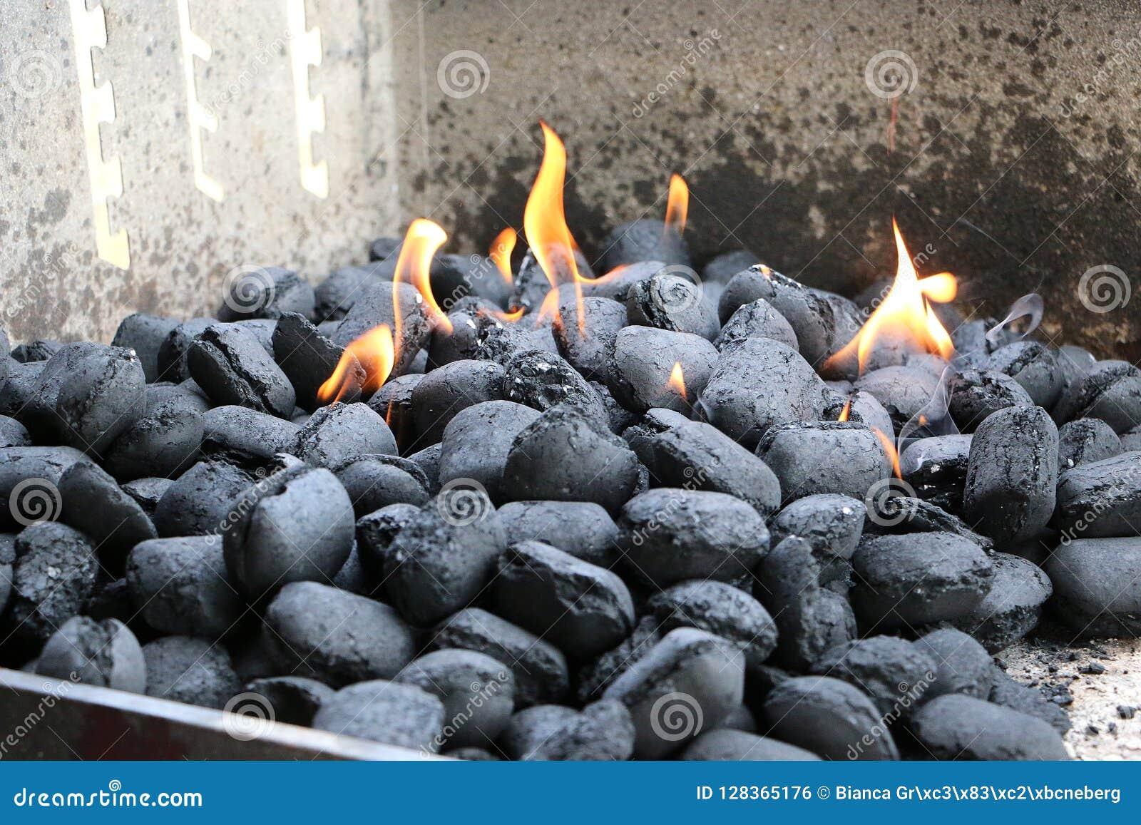 Płonący węgle drzewni w grillu