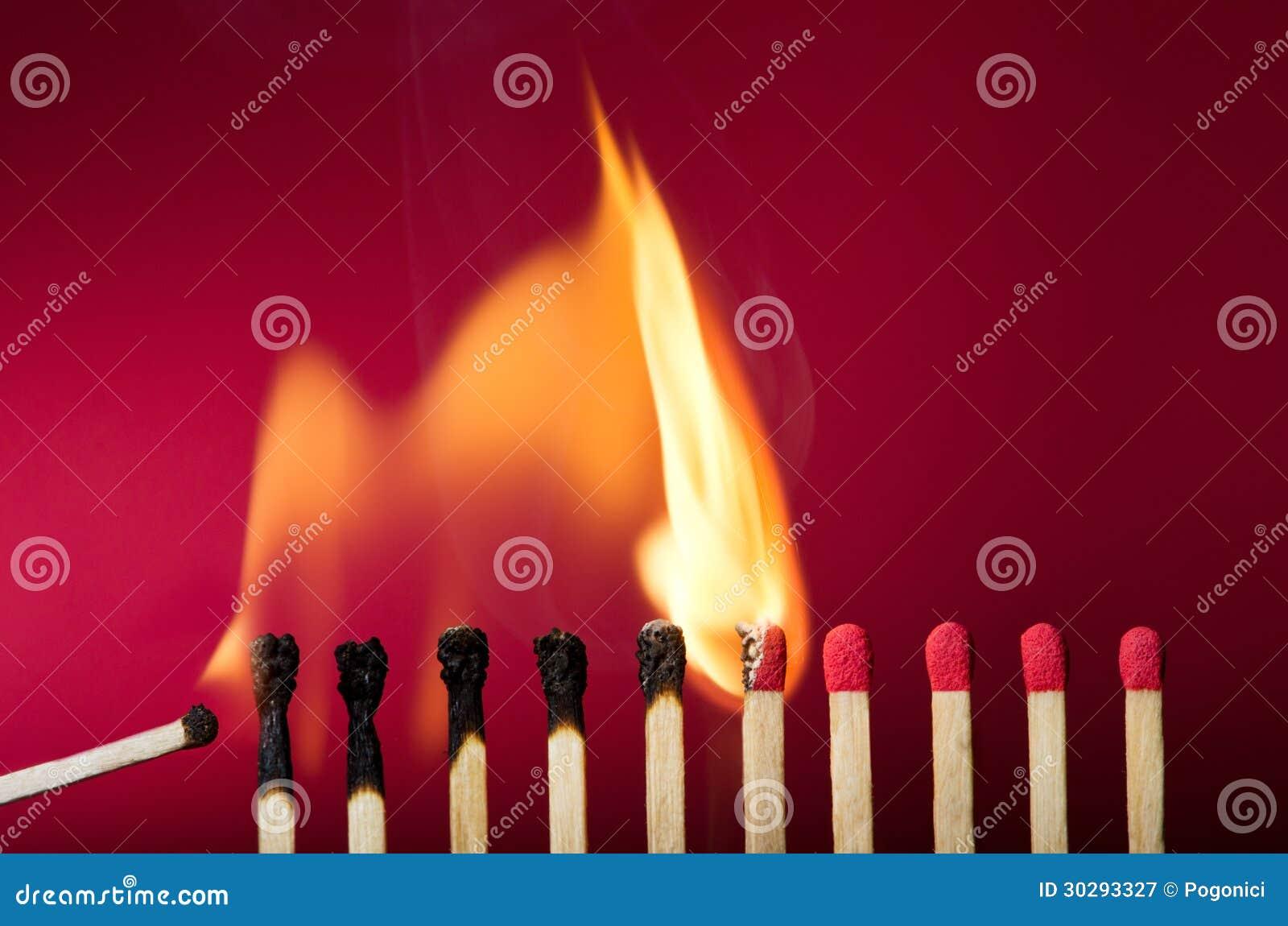 Płonący zapałczany położenie ogień swój sąsiad