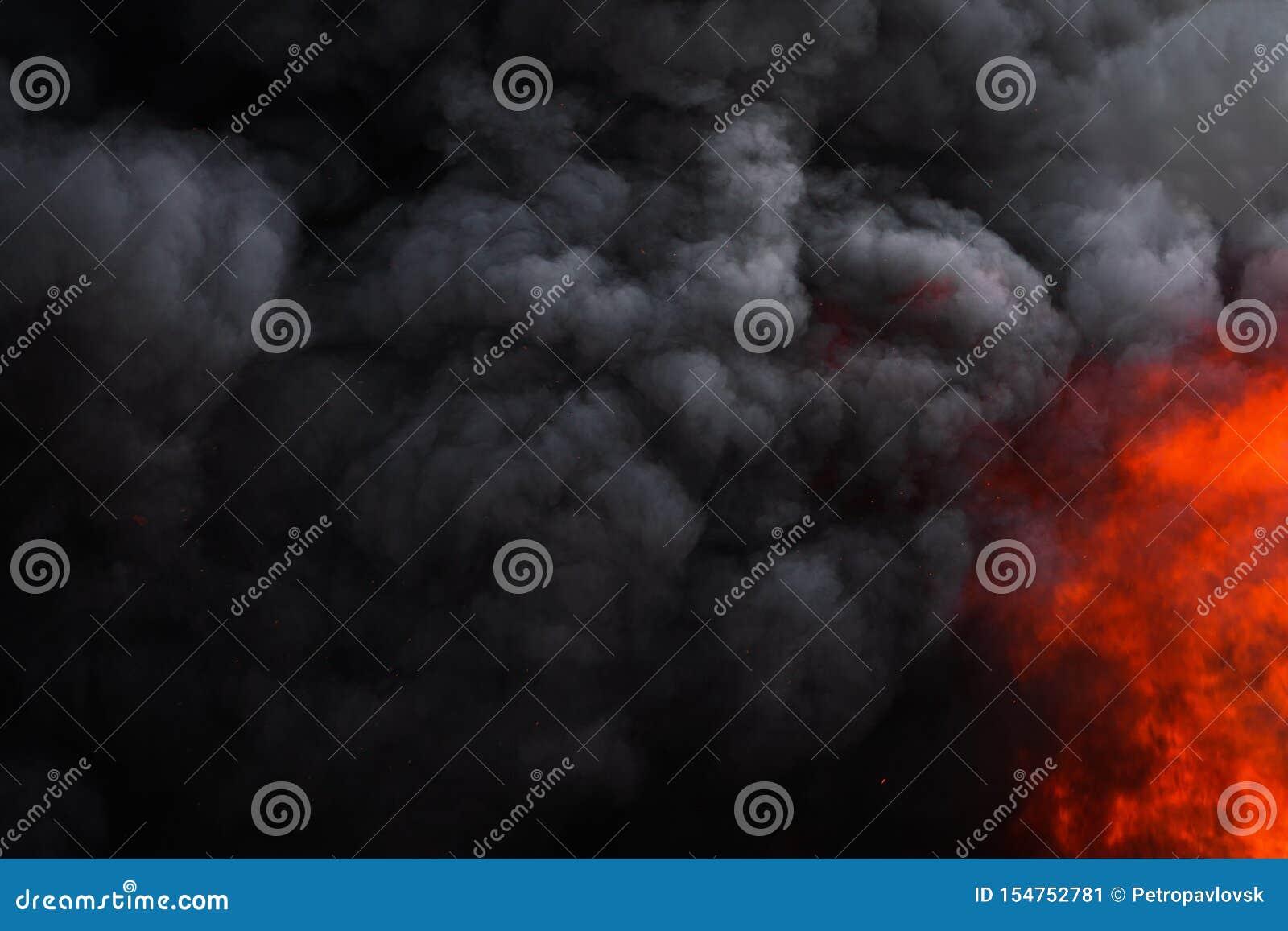 Płonie silnego czerwonego ogienia, dramatyczna chmura ruchu plama czerni dym zakrywający niebo