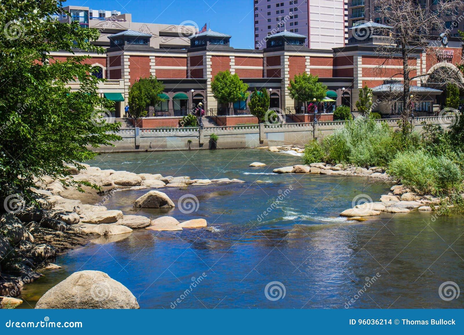 Płynąć Truckee rzekę Rzecznym spacerem W Reno, Nevada