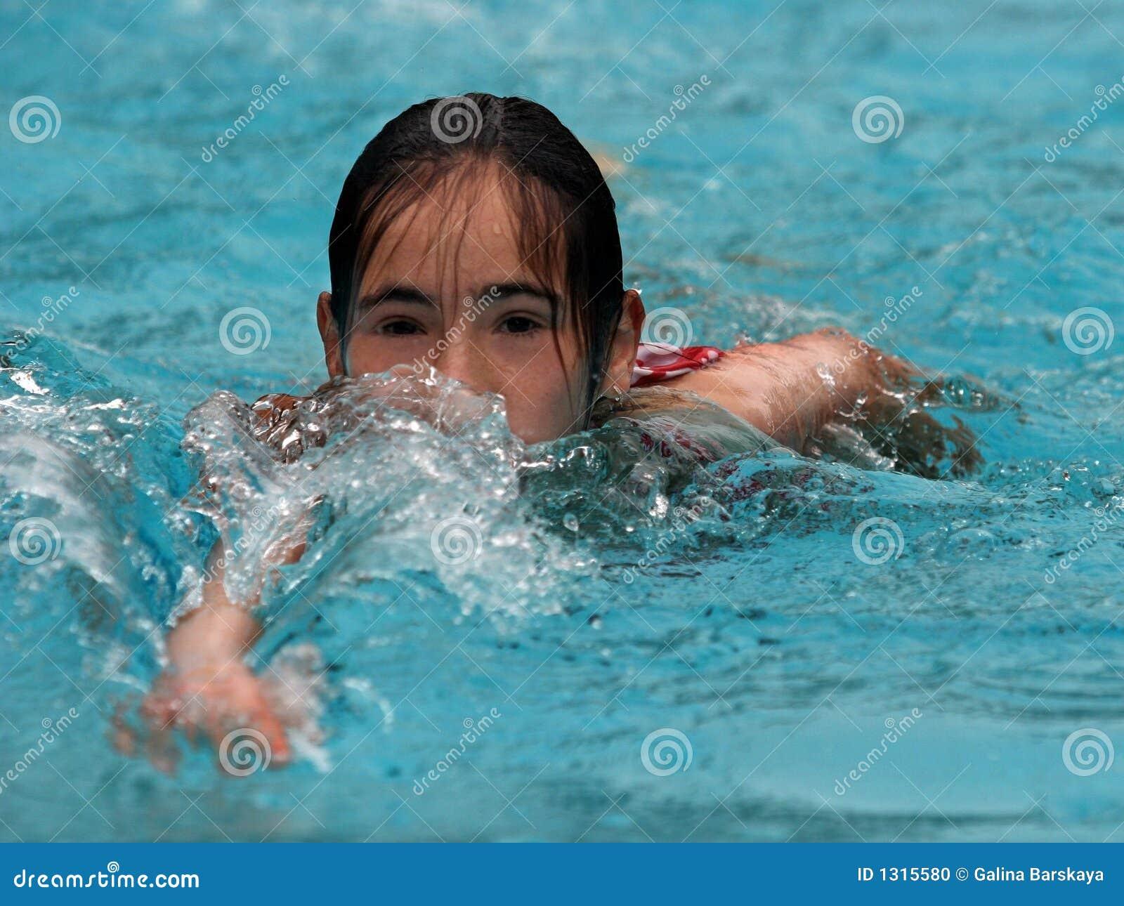 Pływanie dziewczyny