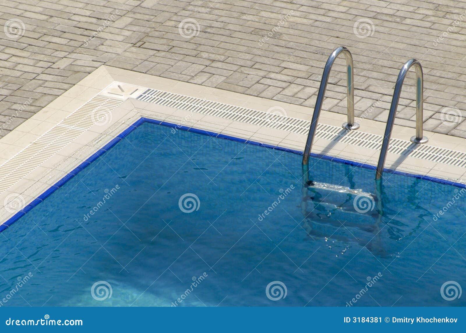 Pływanie kroczy basenu
