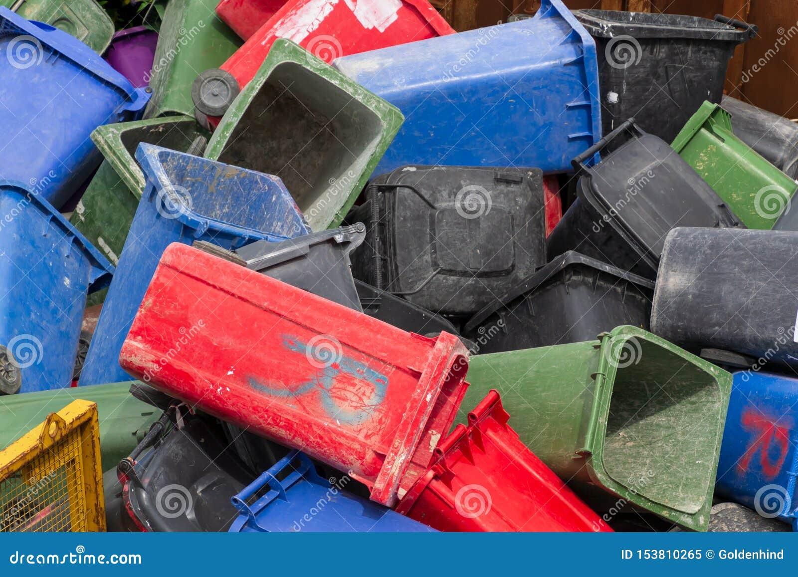 P? burk f?rgrikt avfall Många plast- soptunnor på avfallsen som väntar för att återanvändas