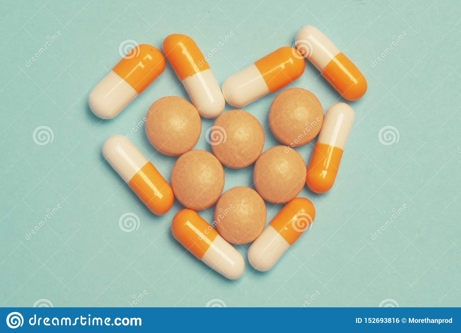 P?ldoras en un fondo azul Píldoras de la medicina, tabletas y cápsulas farmacéuticas clasificadas, macro de la salud P?ldoras del