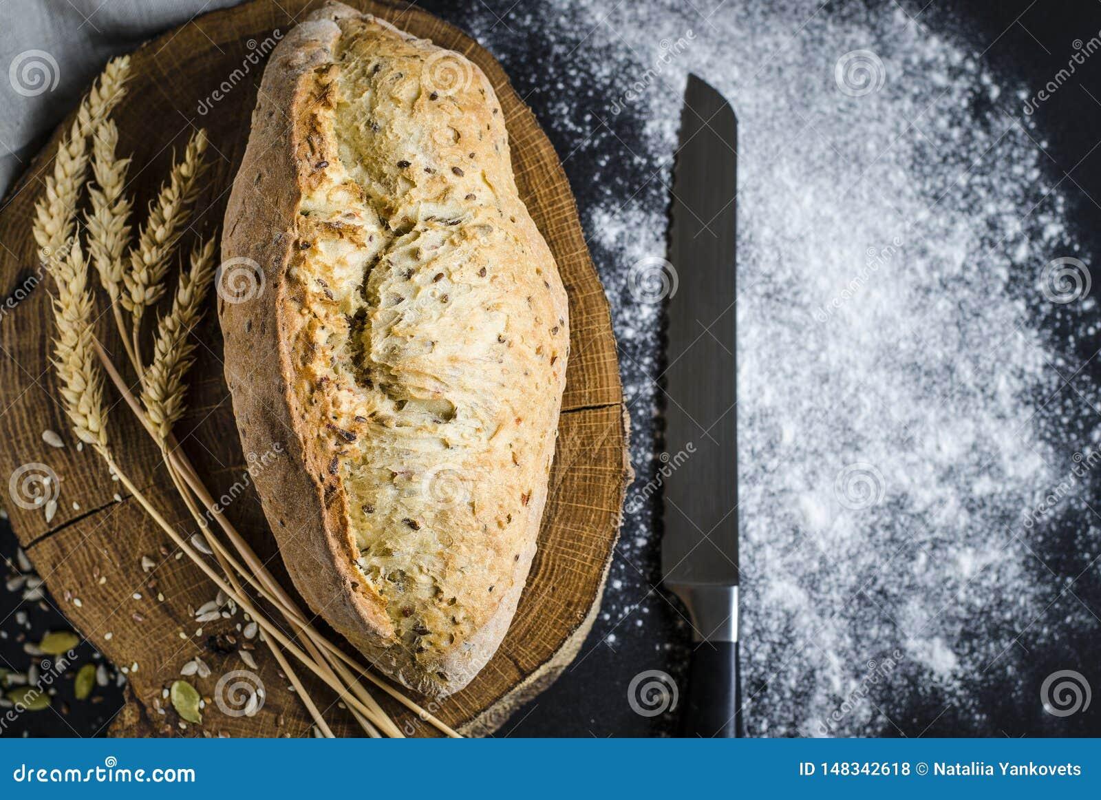 P?o tradicional caseiro recentemente cozido na tabela de madeira r?stica
