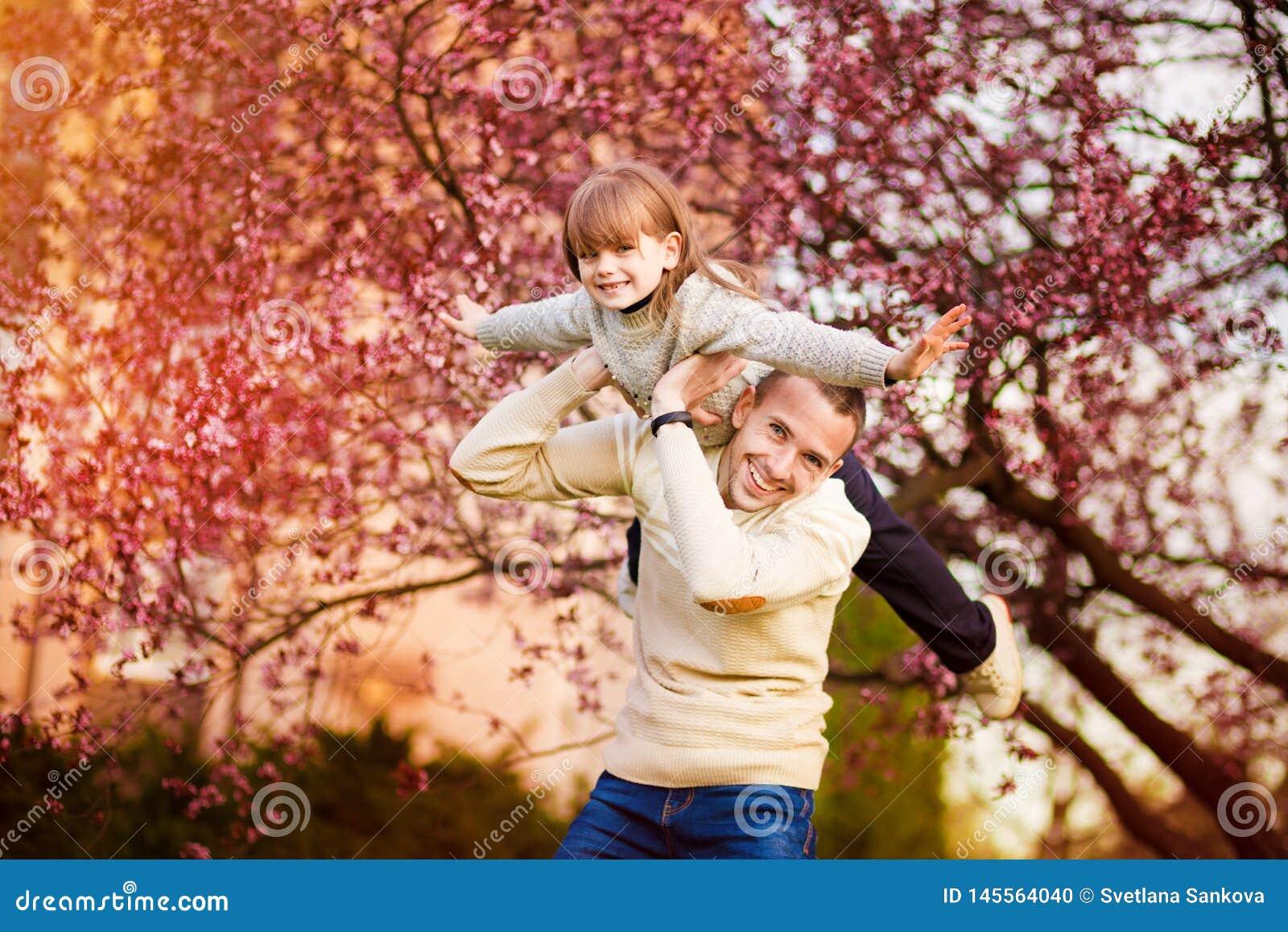 P?re heureux et enfant passant le temps dehors Appui de famille