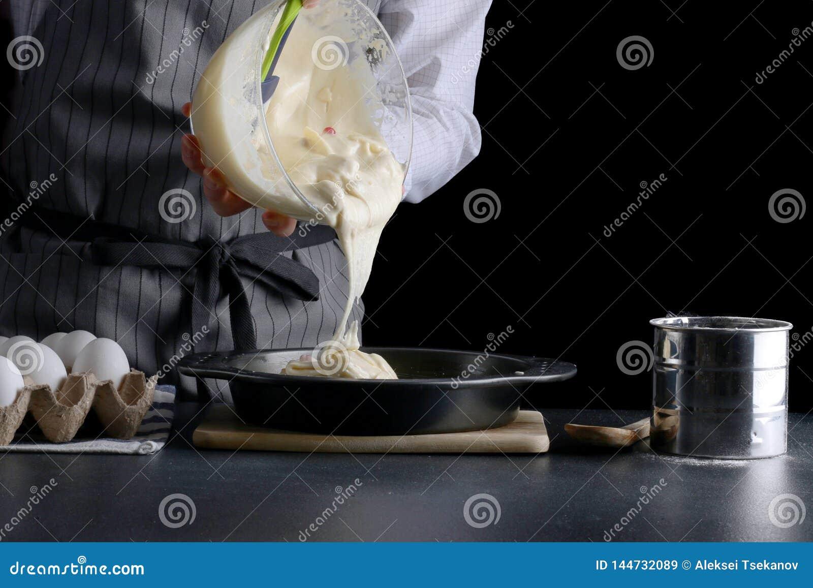 P?te se renversante d homme pour le tarte g?teau faisant le concept