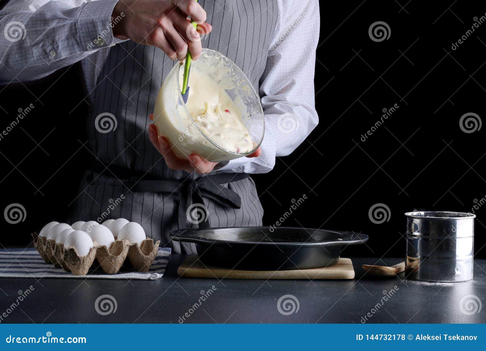 P?te se renversante de g?teau dans l ?tain de cuisson cuvette de prise d homme et p?te lisse se renversante