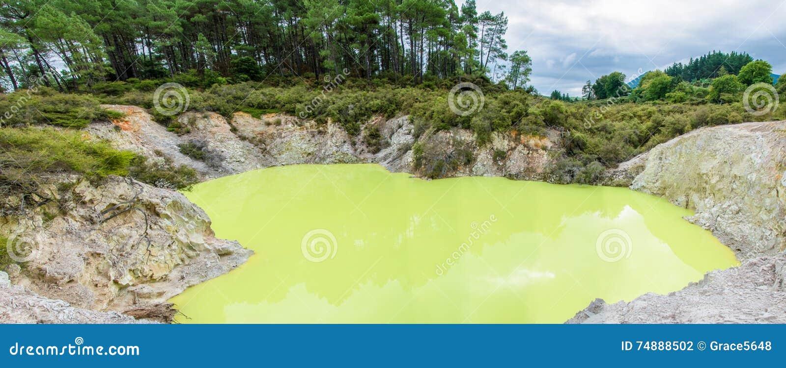 País das maravilhas térmico de Wai-O-Tapu que é ficado situado em Rotorua, Nova Zelândia
