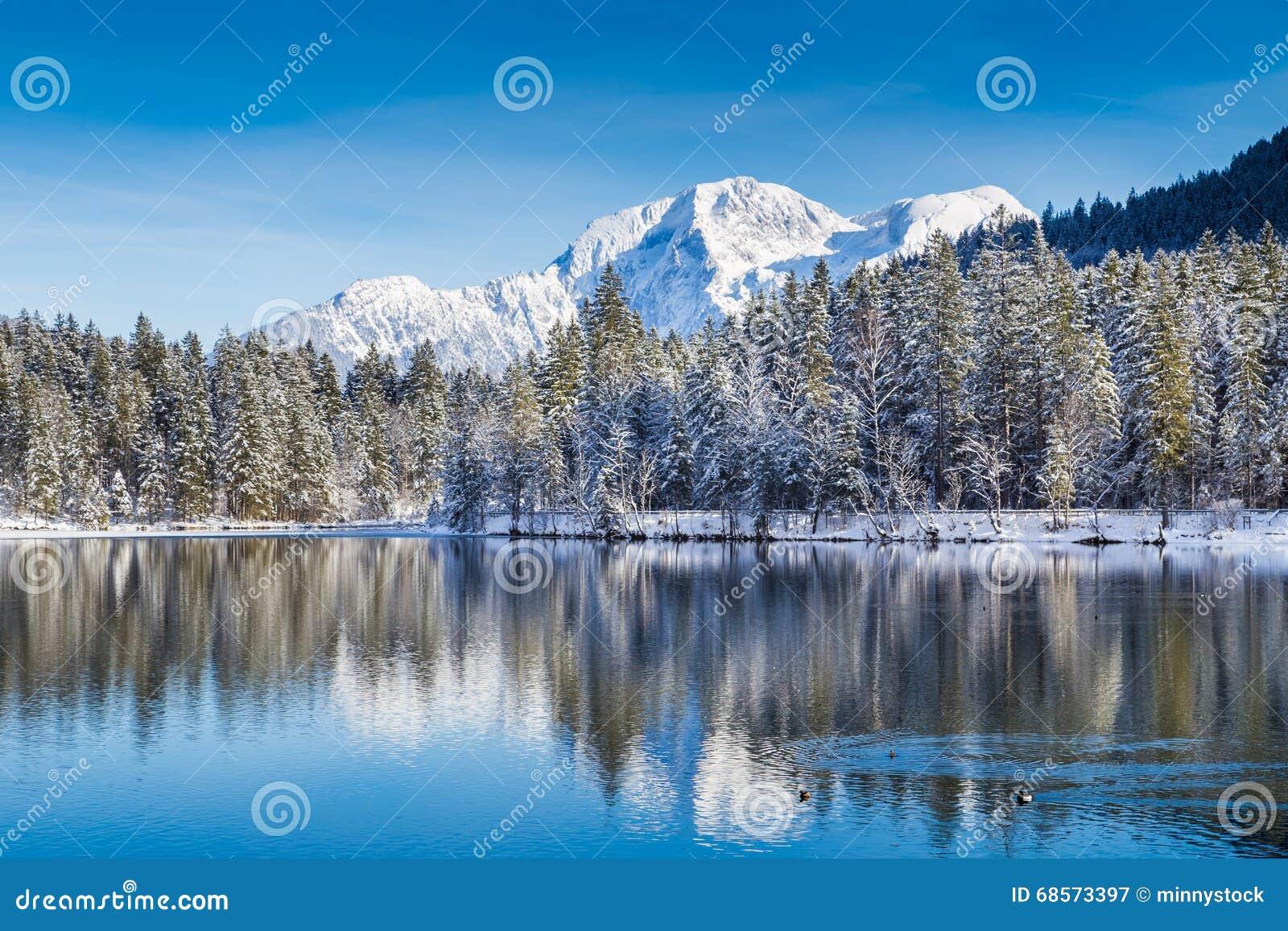 País de las maravillas idílico del invierno con el lago de la montaña en las montañas