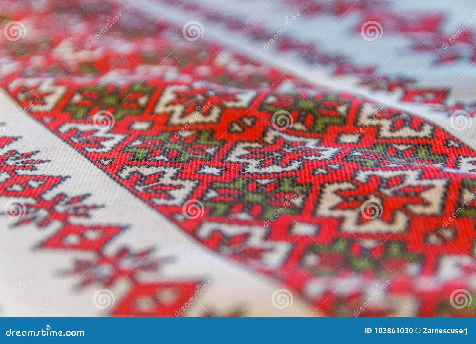 Paño rumano rojo simple del bordado