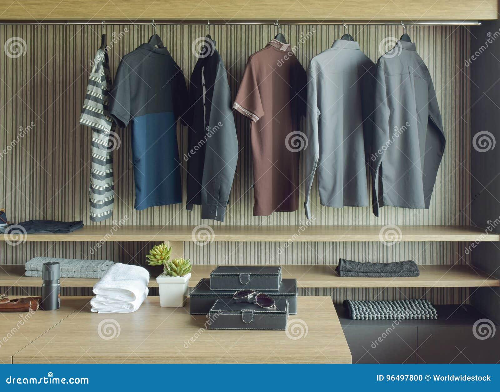 Paños de los hombres en paseo de madera en armario