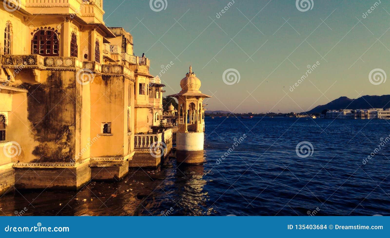 Pałac w jeziorze udaipur ind