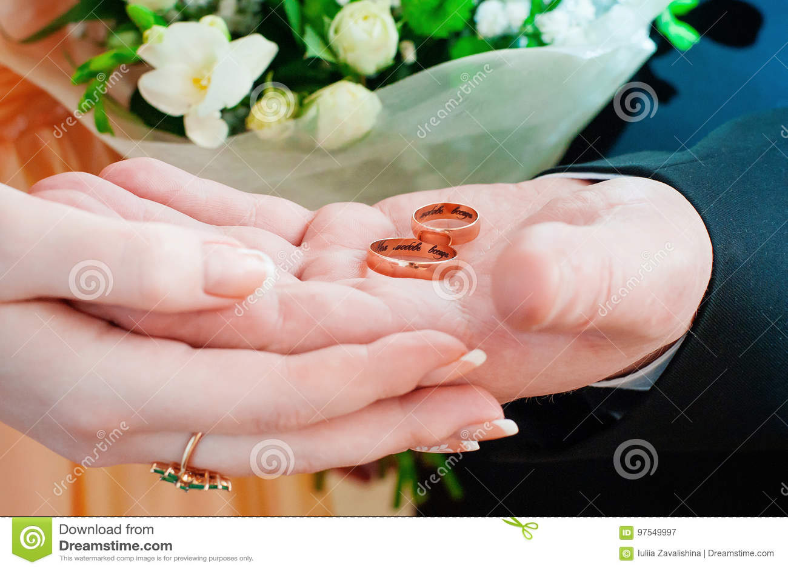 Państwa młodzi mienia pierścionki