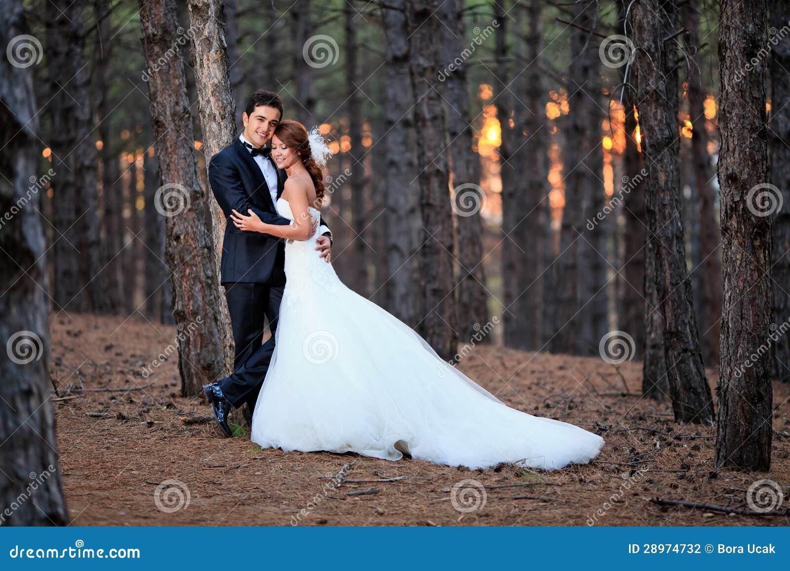 Państwo młodzi przygotowywający dla ślubu