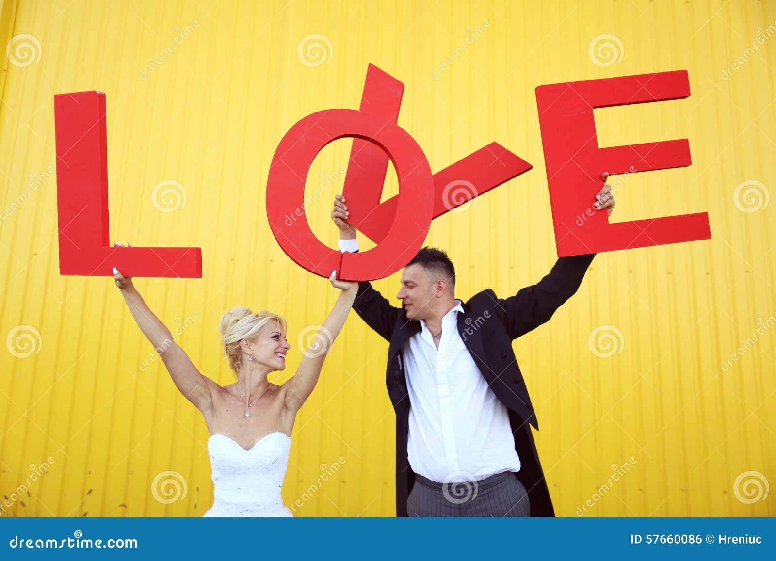 Państwo młodzi trzyma dużych listy miłosnych