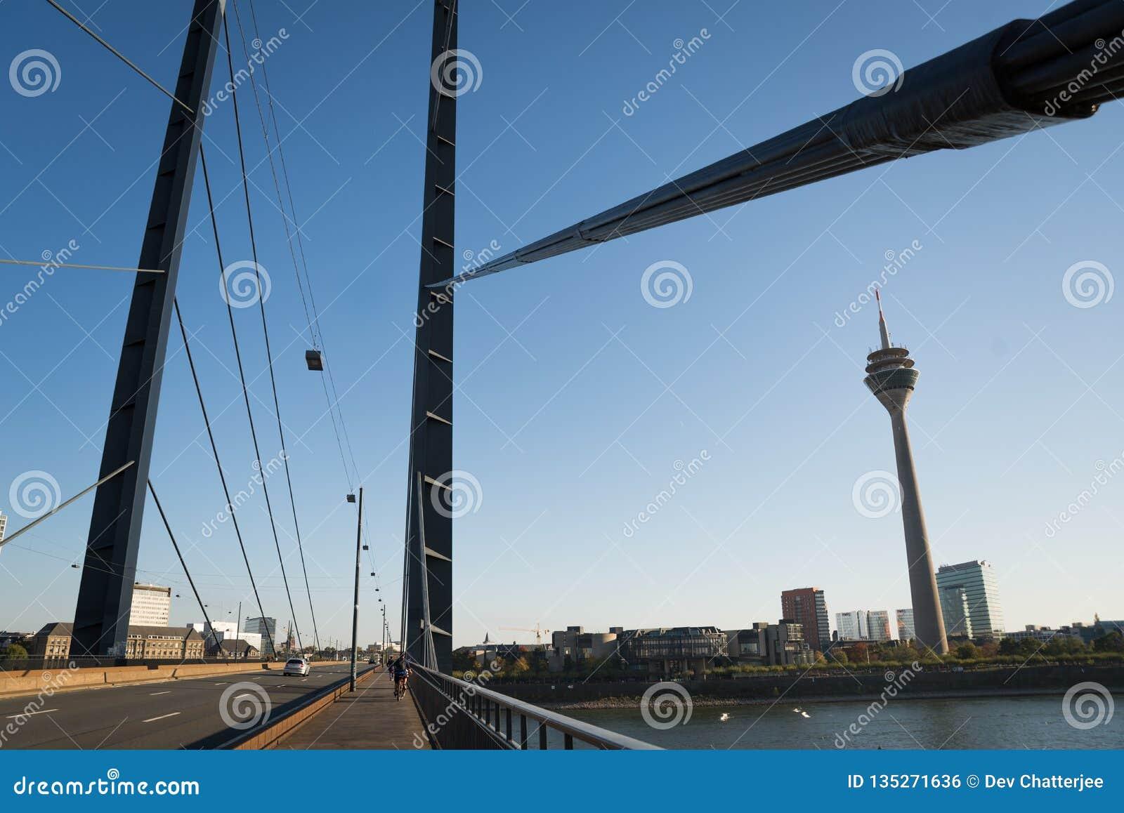 Październik 21 2018 - Dusseldorf, Niemcy: widoki wierza na moście w centrum miasto Strzelający dobrze opisywać miasto