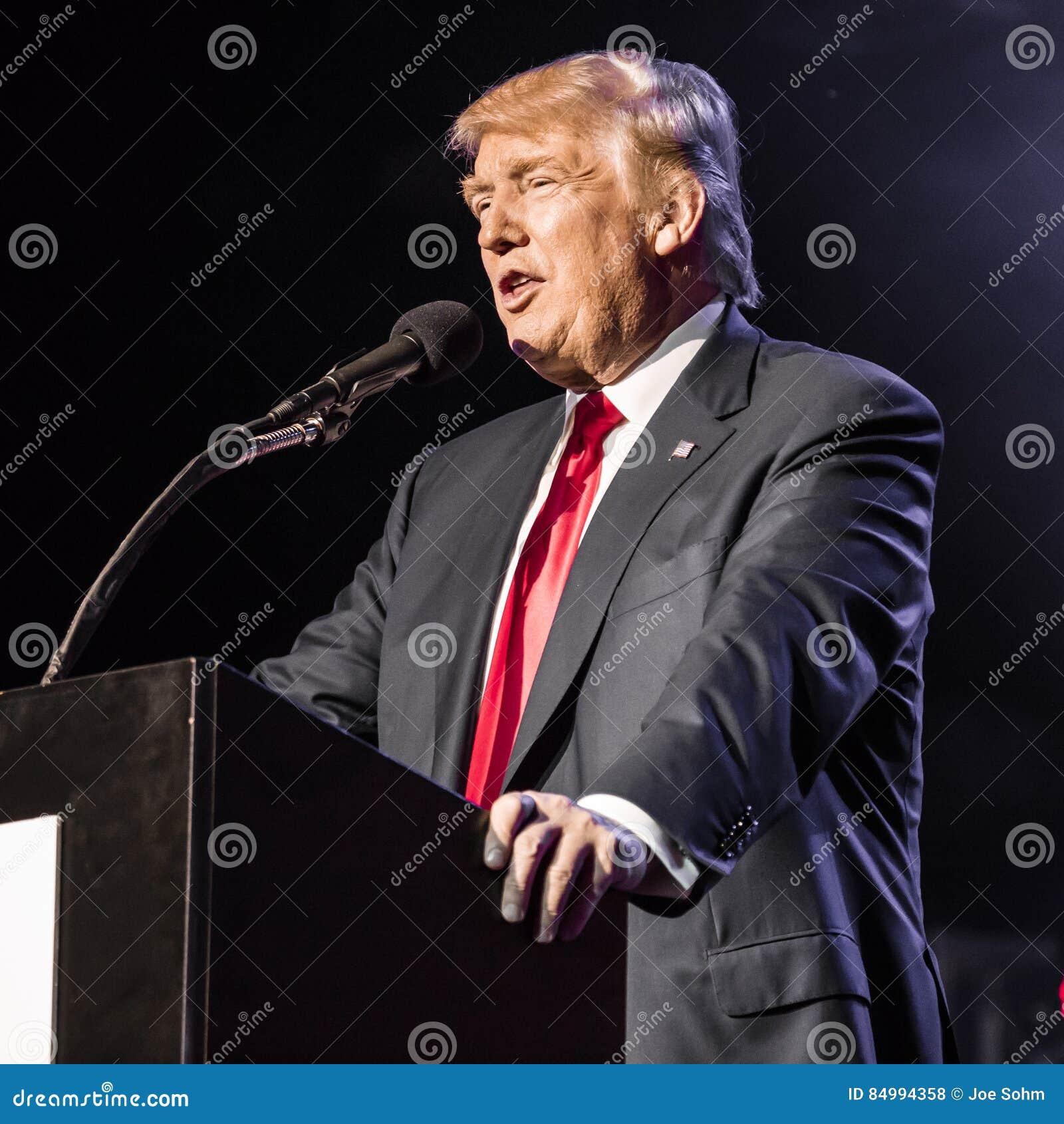 PAŹDZIERNIK 15, 2016, EDISON, NJ dżersejowy Hinduski amerykanina wiec dla  ludzkości Jednoczącej Przeciw T - Donald atut mówi prz
