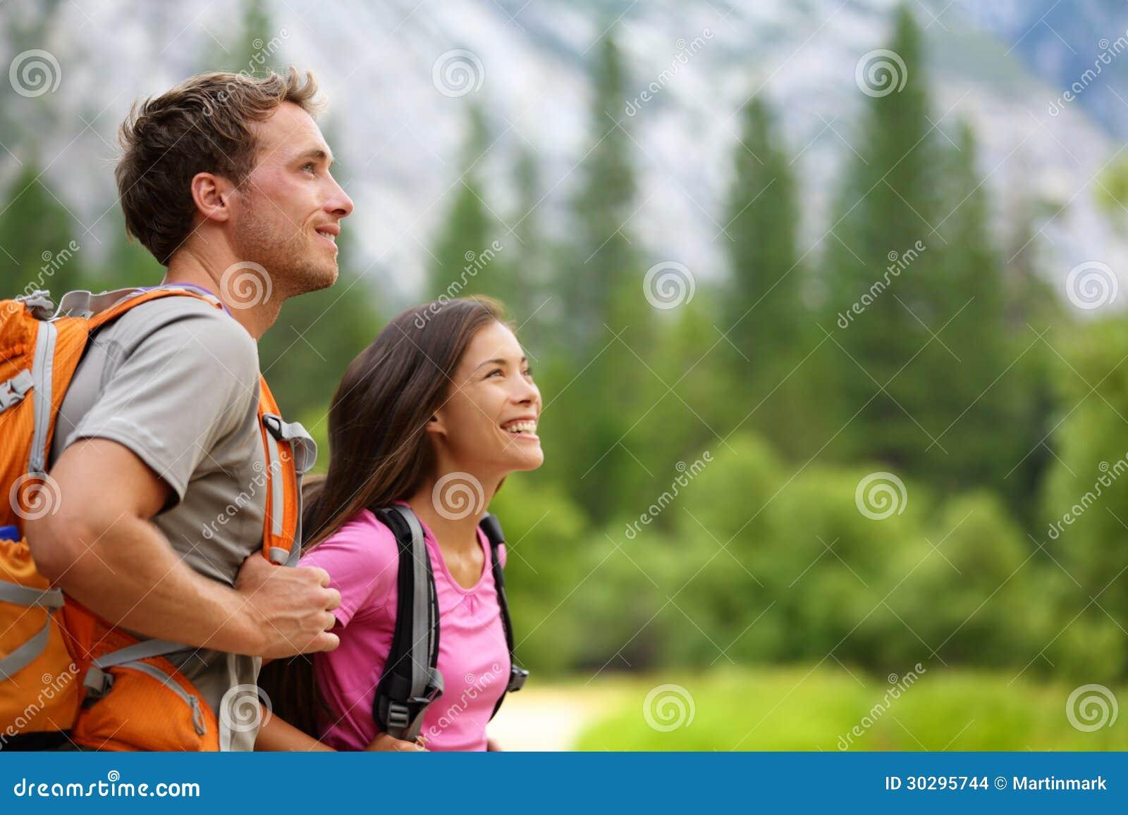Paar - actieve wandelaars die in Yosemite wandelen