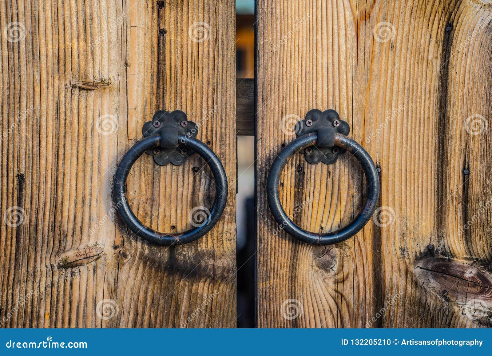 Paar antieke handvatten van de ijzerdeur op houten deur