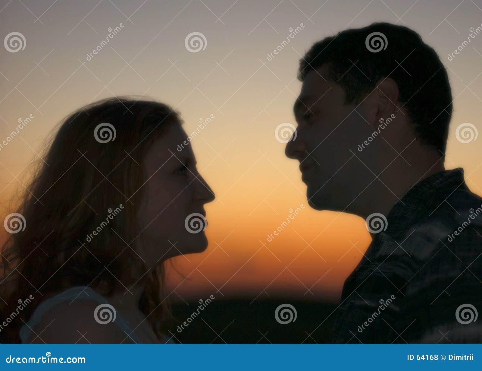 Paar bij de zonsondergang