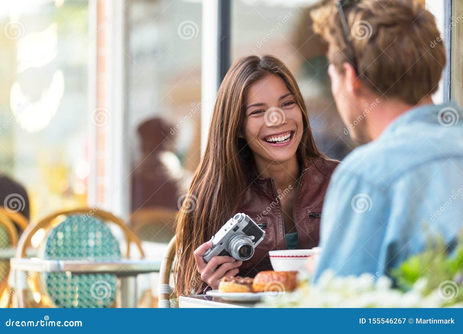 Paar bij koffielevensstijl Jonge toeristen die ontbijt binnen eten bij restaurantlijst buiten stoepterras bij Parijse bistro