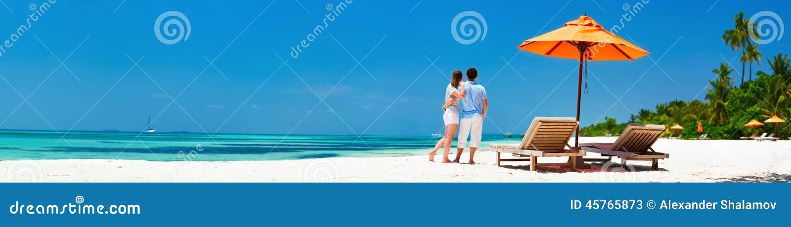 Paar bij tropisch strand
