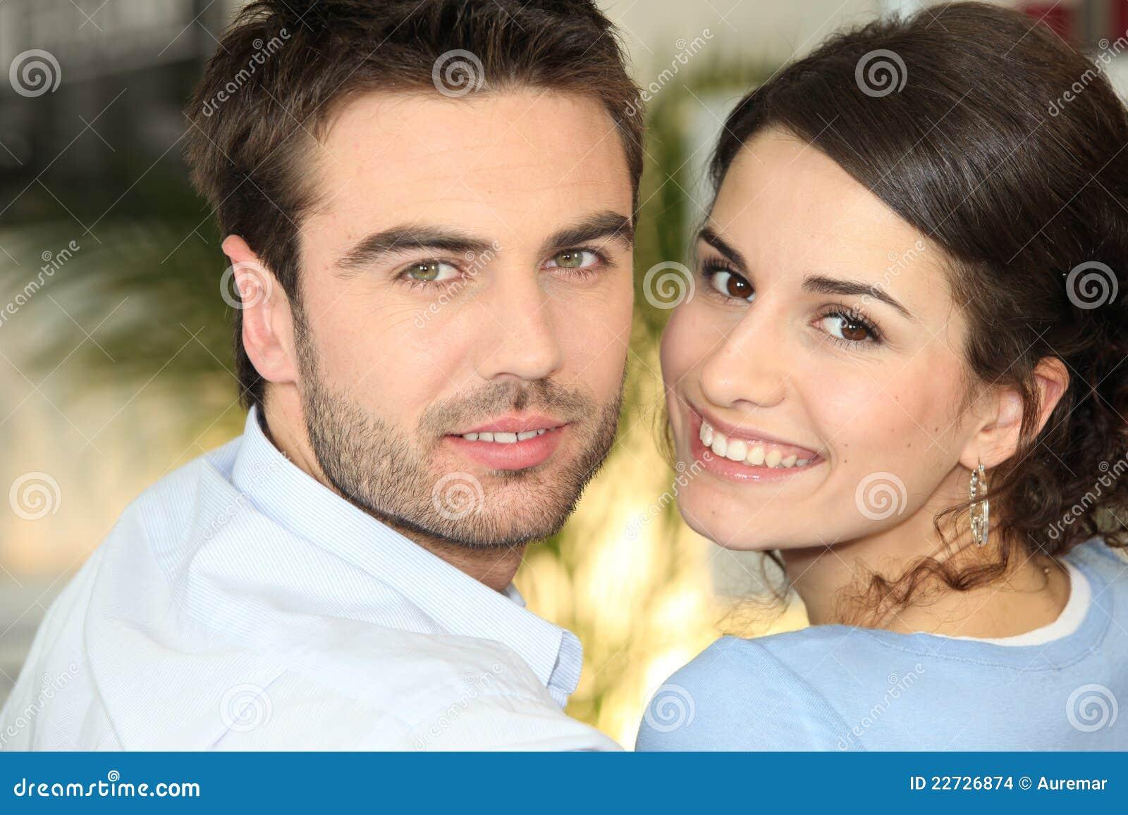 Paar dat elkaar knuffelt