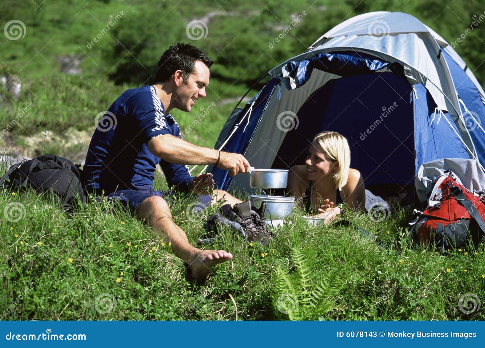 Paar dat in groot in openlucht kampeert