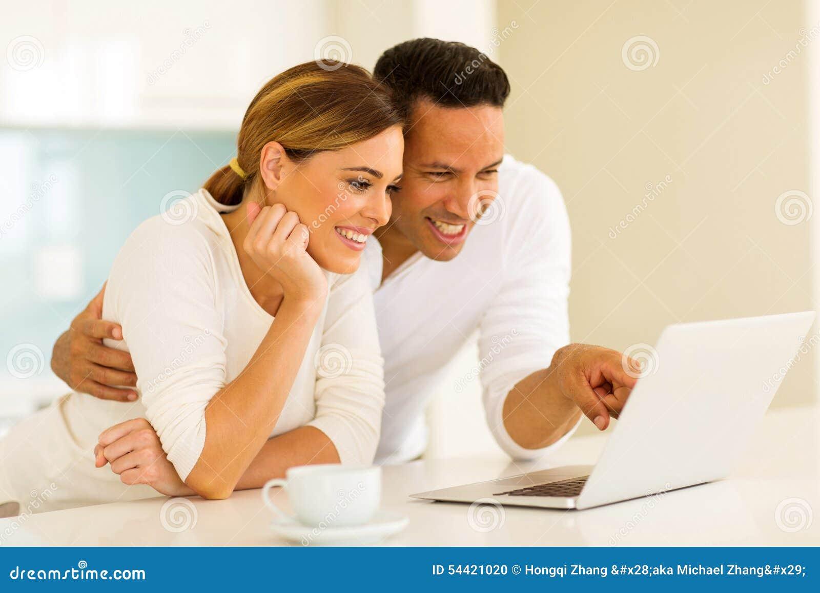 Paar dat laptop computer met behulp van