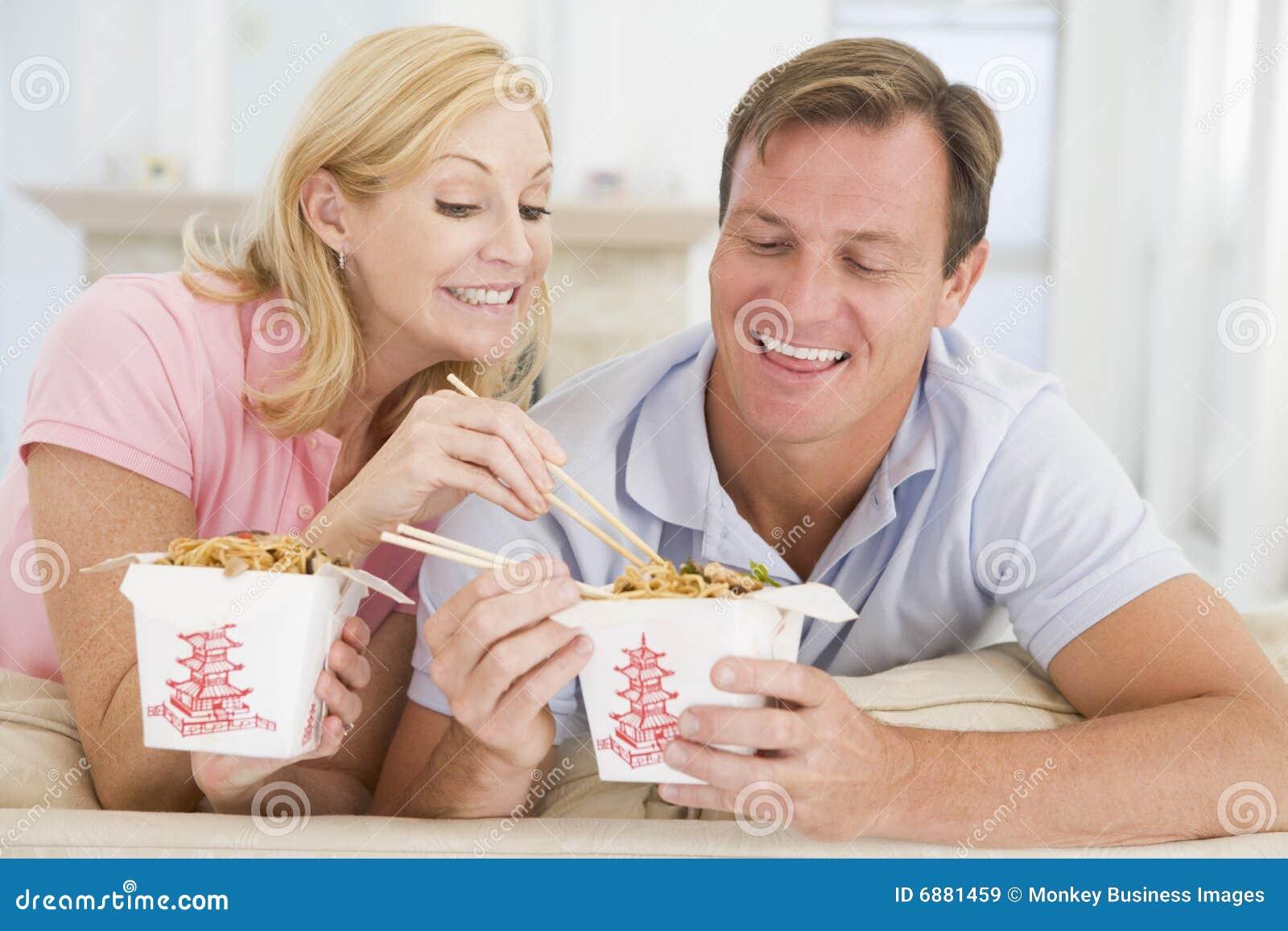 Paar dat Meeneemmaaltijd, etenstijd samen eet