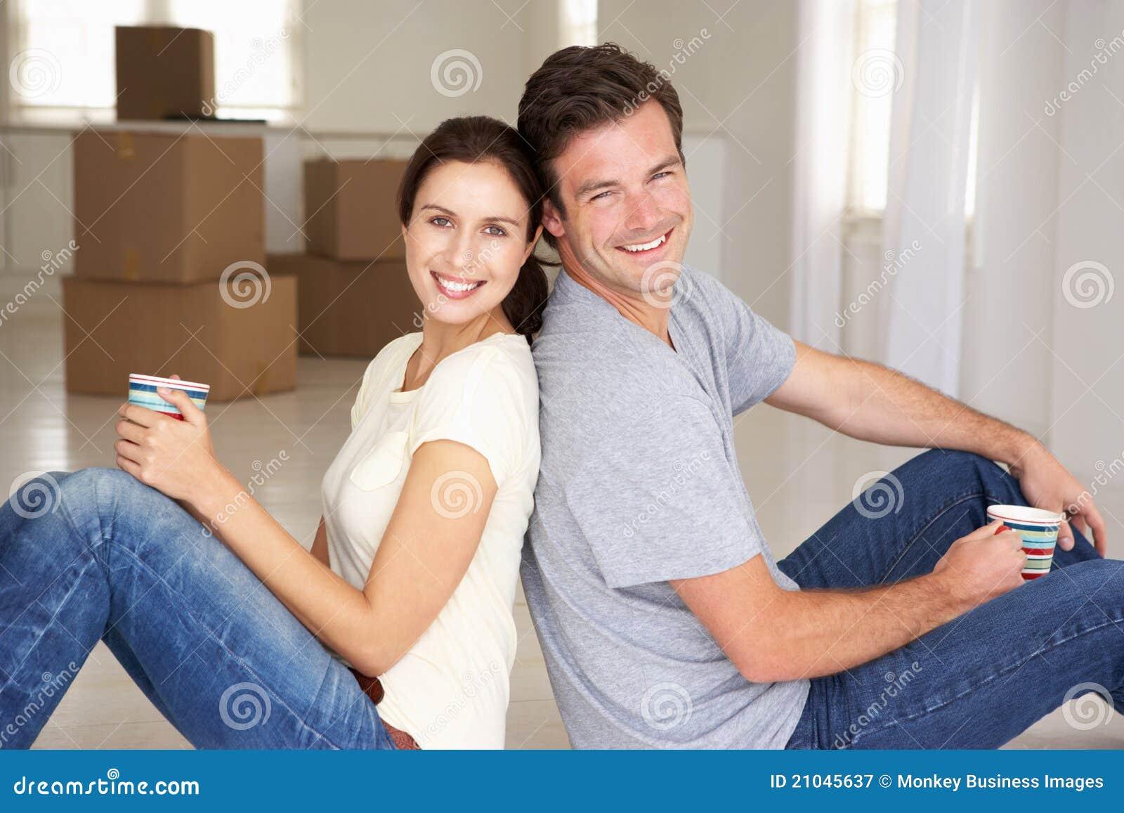 Paar dat in nieuw huis wordt gezeten