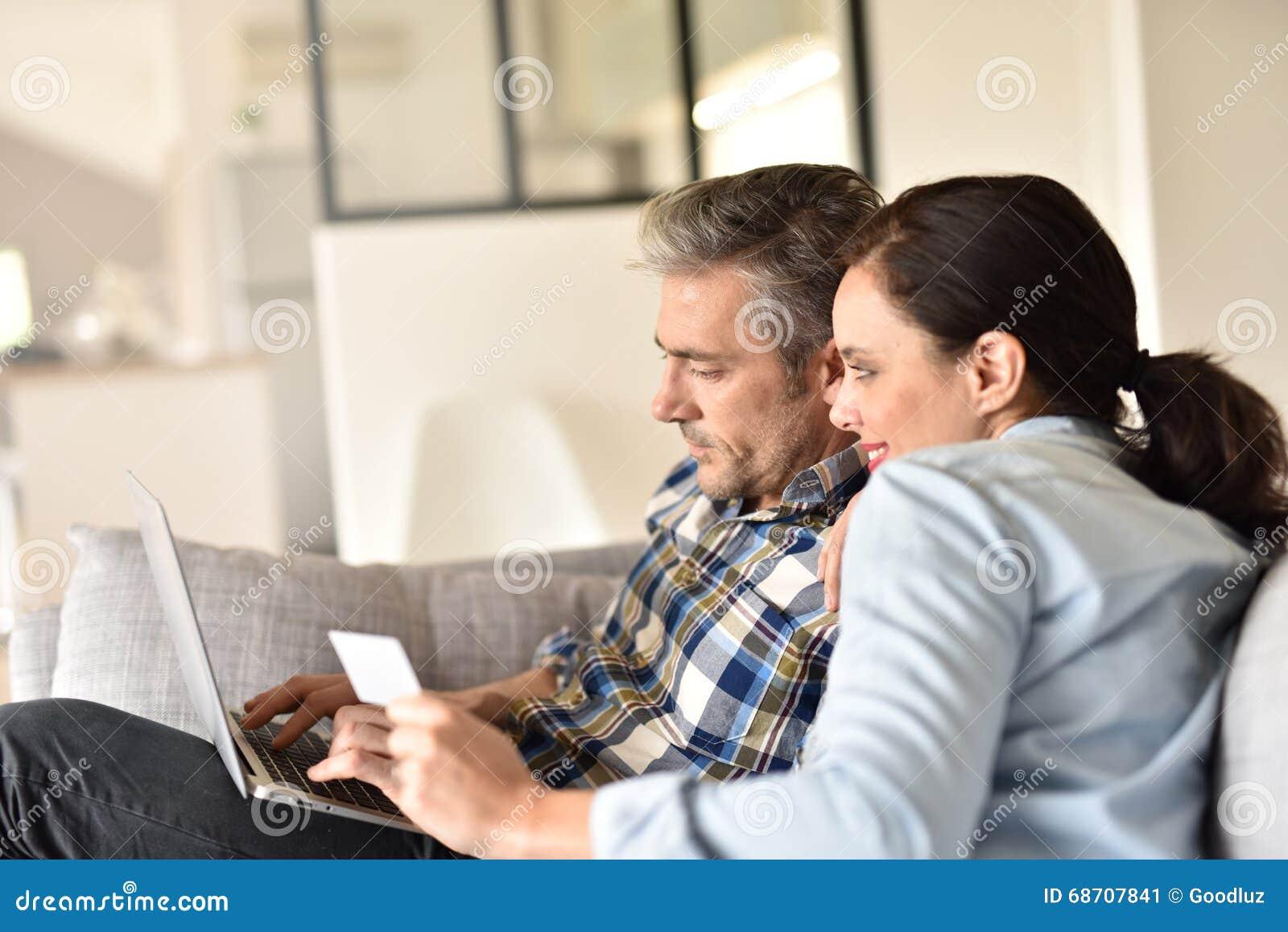 Paar dat op Internet winkelt