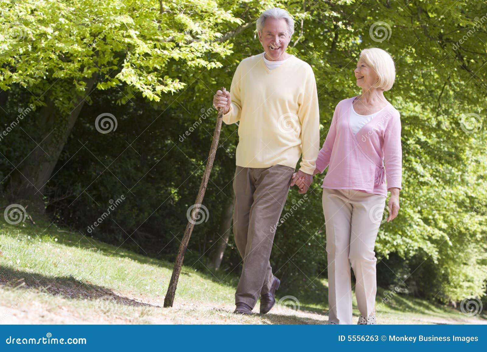 Paar dat op weg in de handen van de parkholding loopt