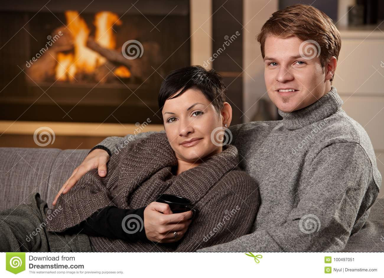 Paar dat thuis koestert