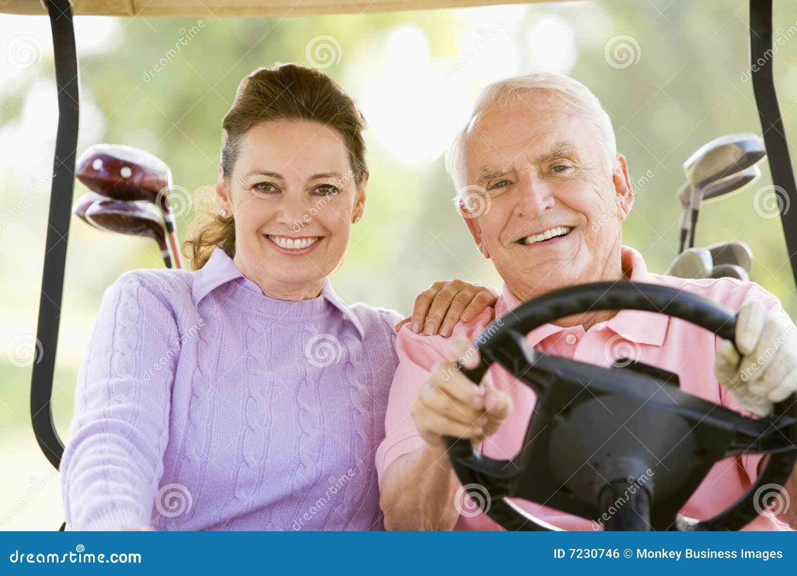 Paar dat van een Spel van Golf geniet