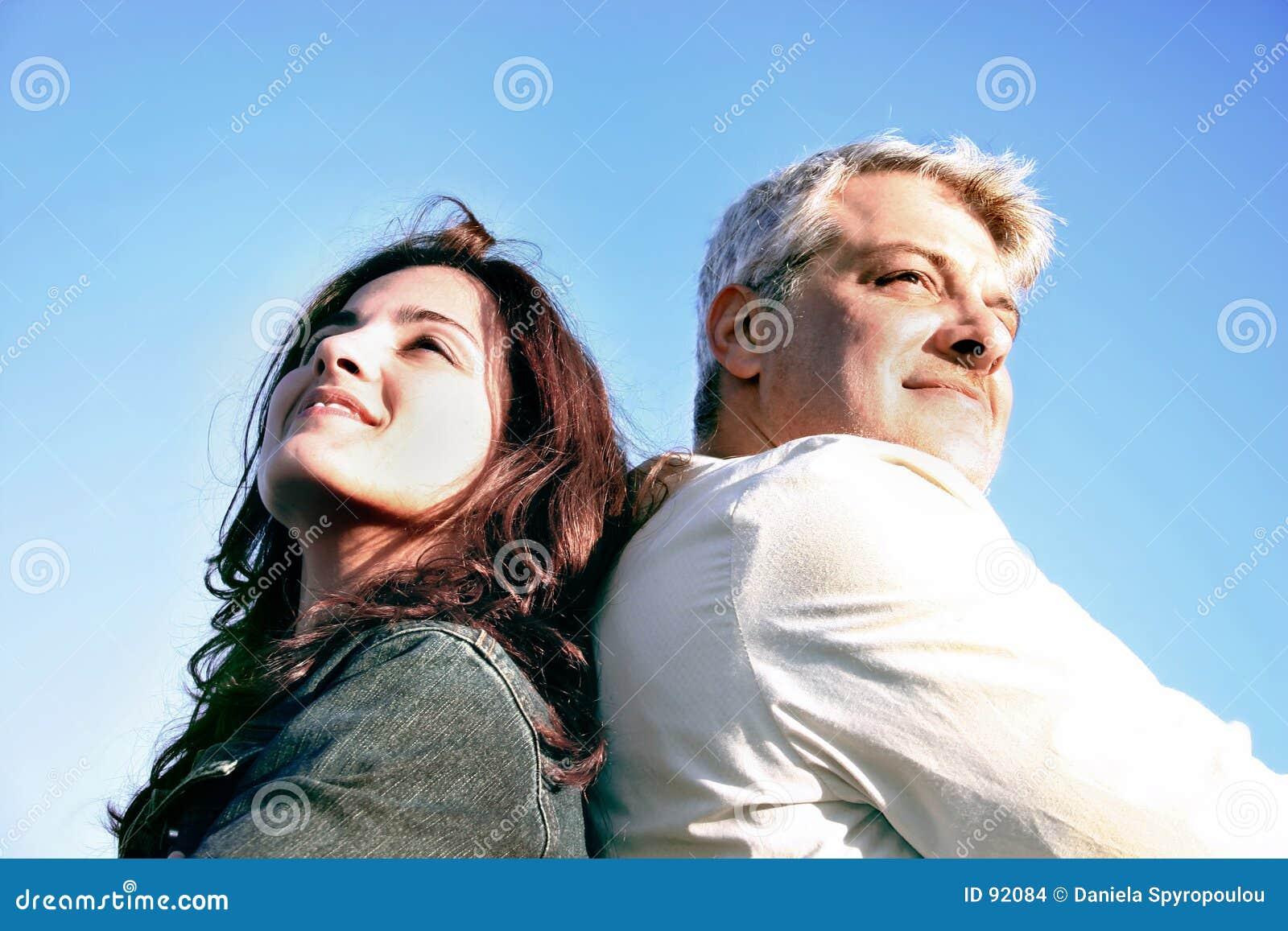 Paar dat weg kijkt