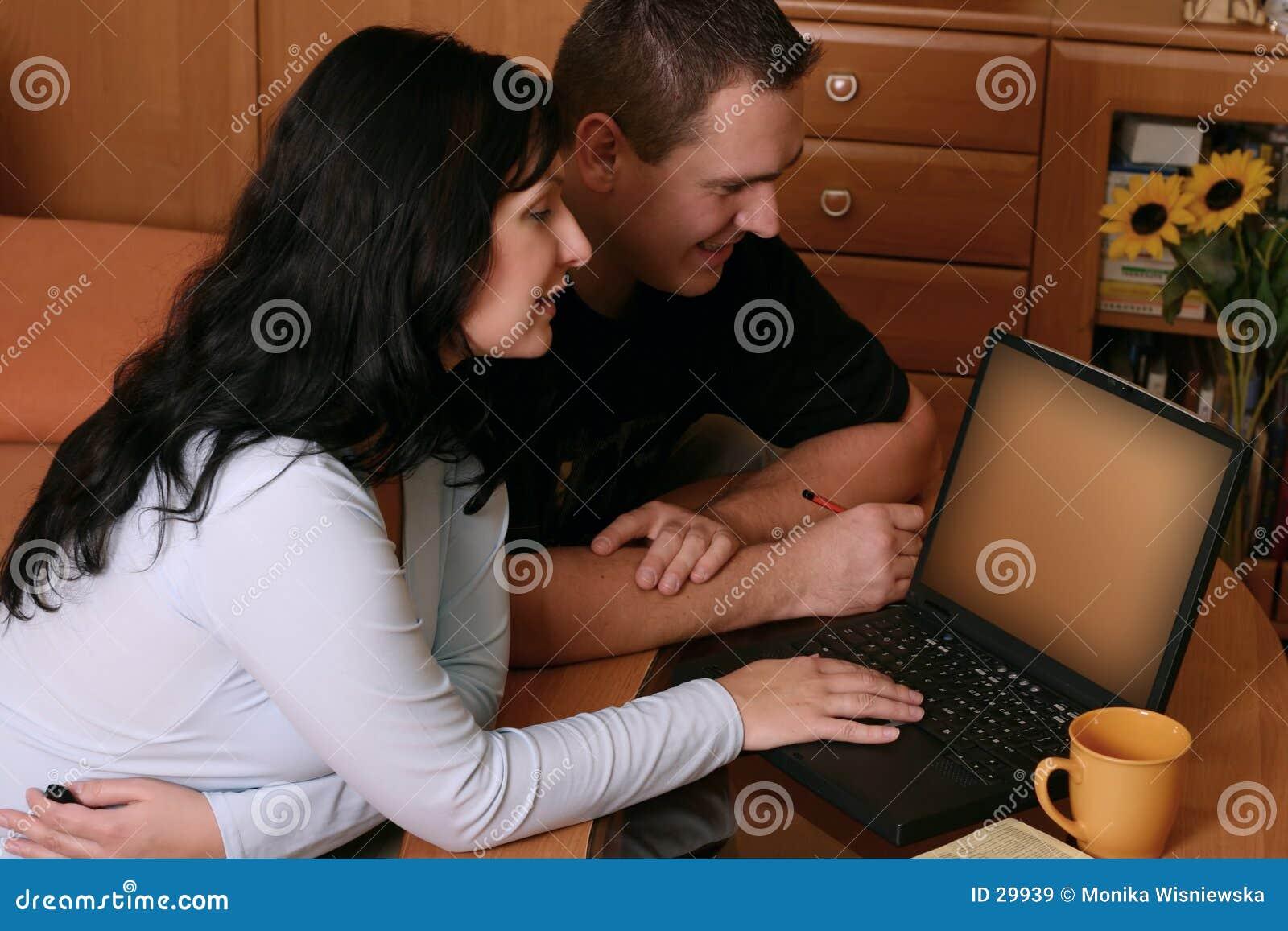 Paar dat WWW 2 doorbladert