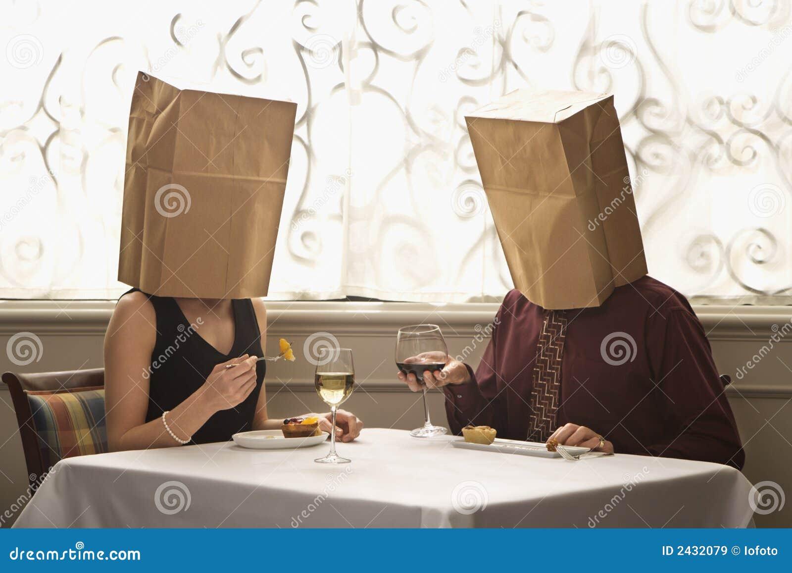 Paar dat zakken draagt