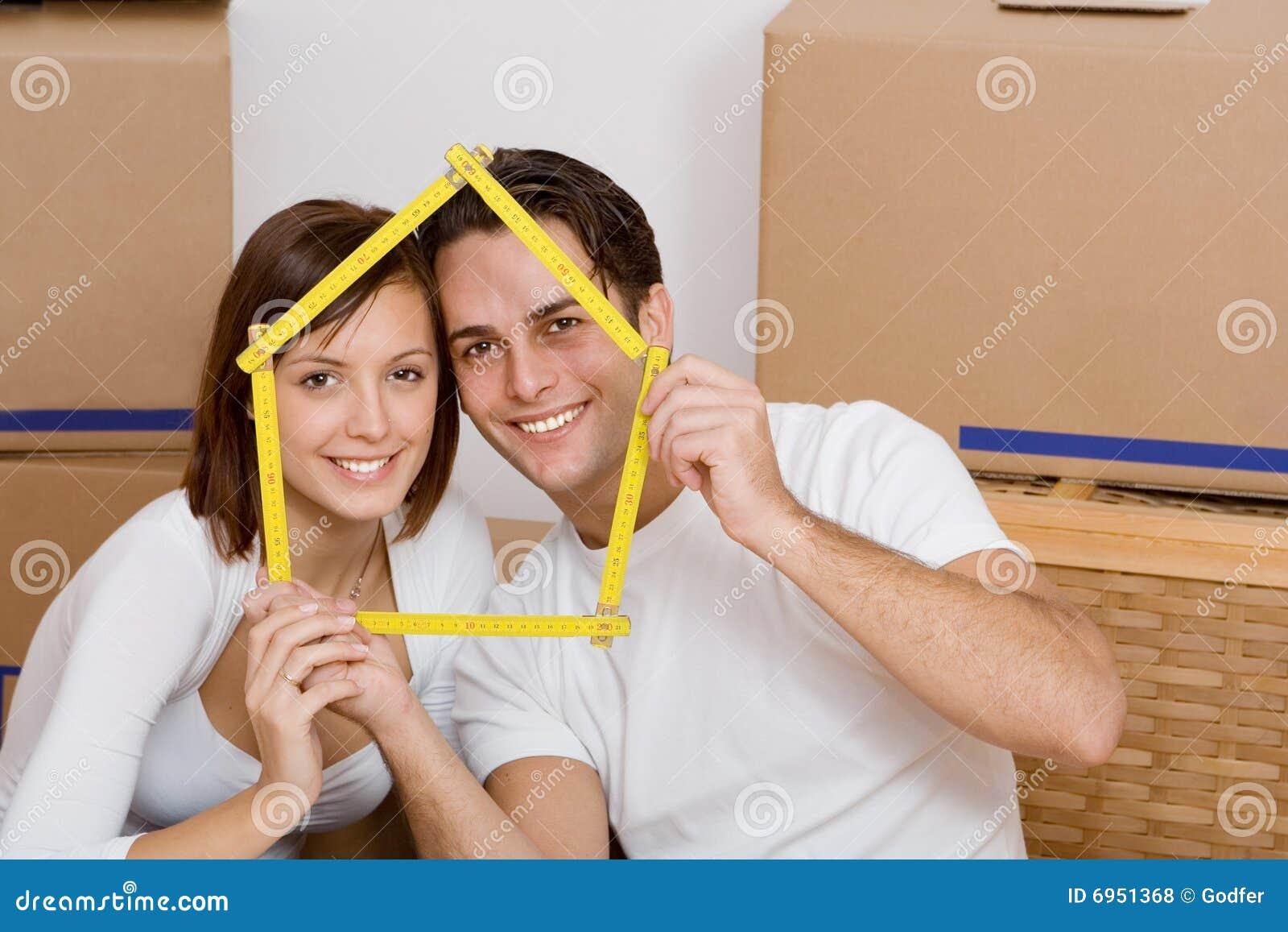 Paar dat zich in eerste huis beweegt