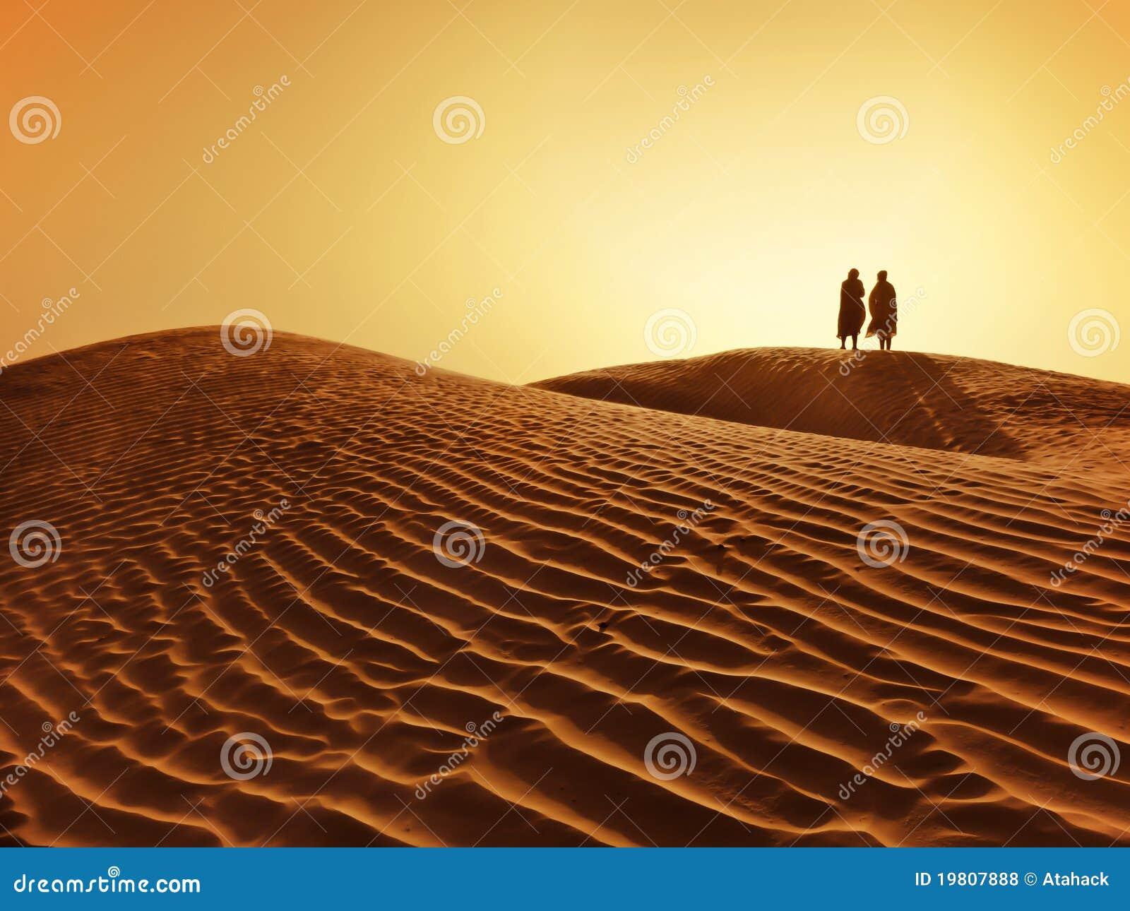 Paar in de Sahara woestijn