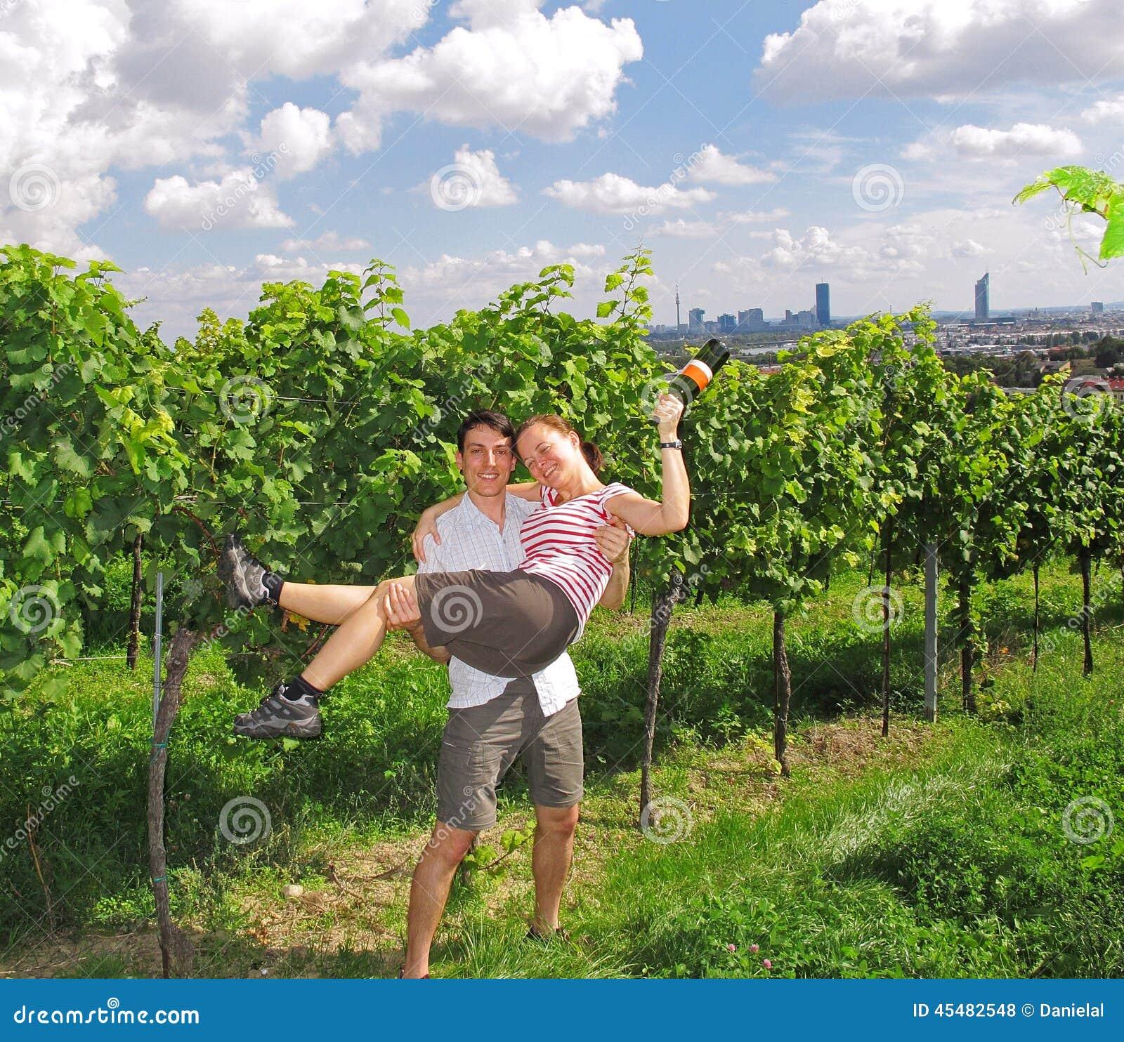 Paar in de wijngaarden
