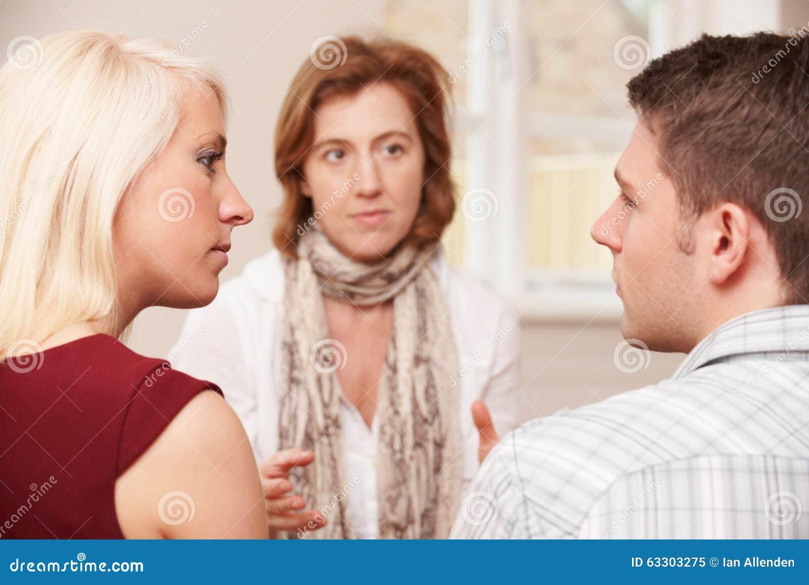 Paar die aan Verhoudingsadviseur spreken